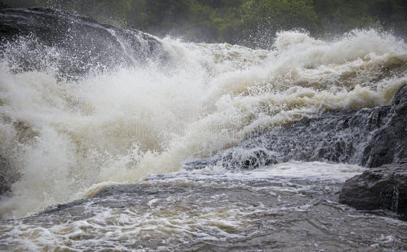 El poder de la cascada de las cataratas Murchison imagen de archivo