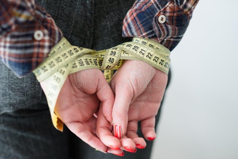 El poder perdidoso de la aptitud del peso mujer de la restricción imágenes de archivo libres de regalías