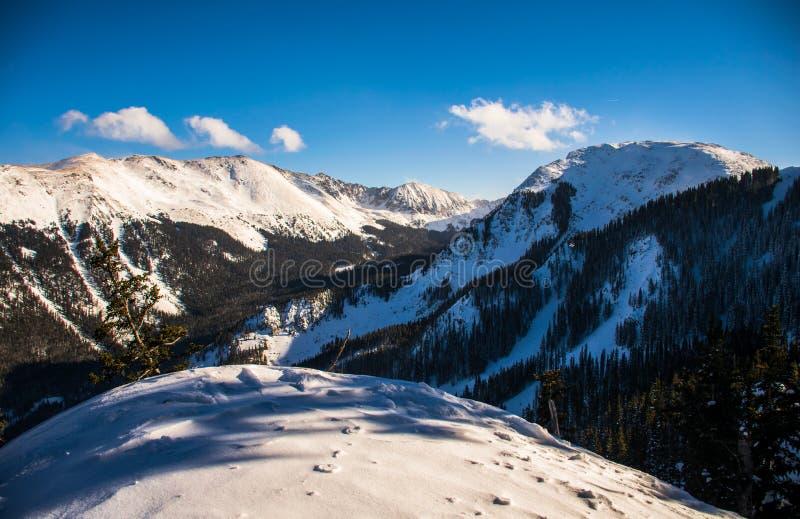 El policía motorizado del pico del kachina del valle del esquí de Taos New México pasa por alto fotografía de archivo
