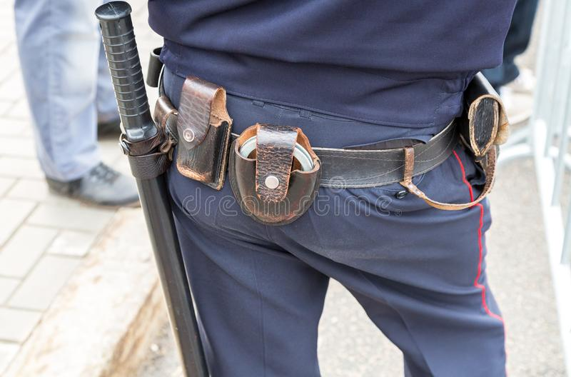 El policía ruso con la correa de arma, esposas dispara contra imagen de archivo libre de regalías
