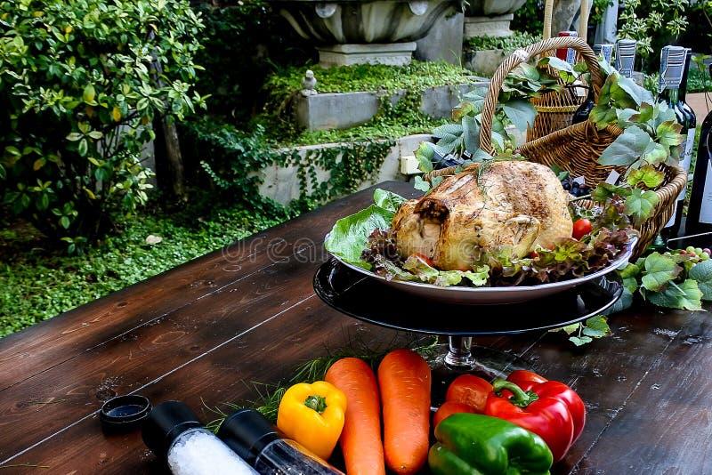 El pollo asado, las hierbas del aroma en la comida ayuda a comer más imagenes de archivo