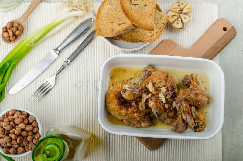 El pollo asado parte con el bio ajo, tostada del hierba-ajo imagenes de archivo