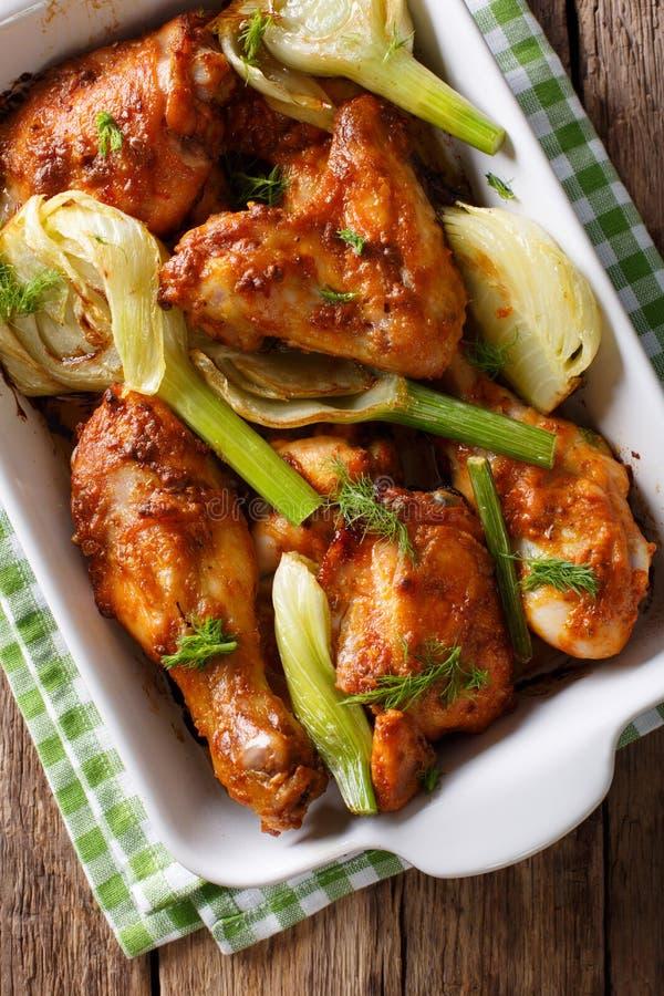 El pollo delicioso marroquí coció con hinojo en un plato mA de la hornada imagen de archivo libre de regalías