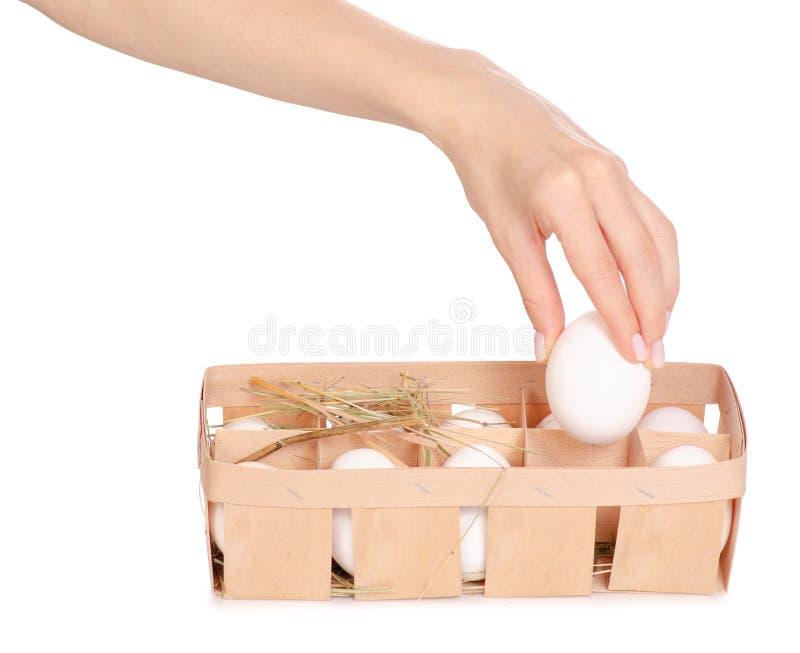 El pollo eggs en una caja de madera de heno a disposición fotografía de archivo libre de regalías