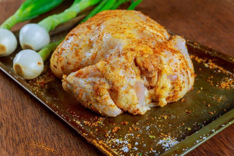 El pollo entero sazonó crudo en bandeja de la hornada con tajado fotos de archivo