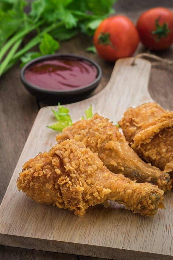 El pollo frito curruscante en la placa de madera y la inmersión sauce imagen de archivo