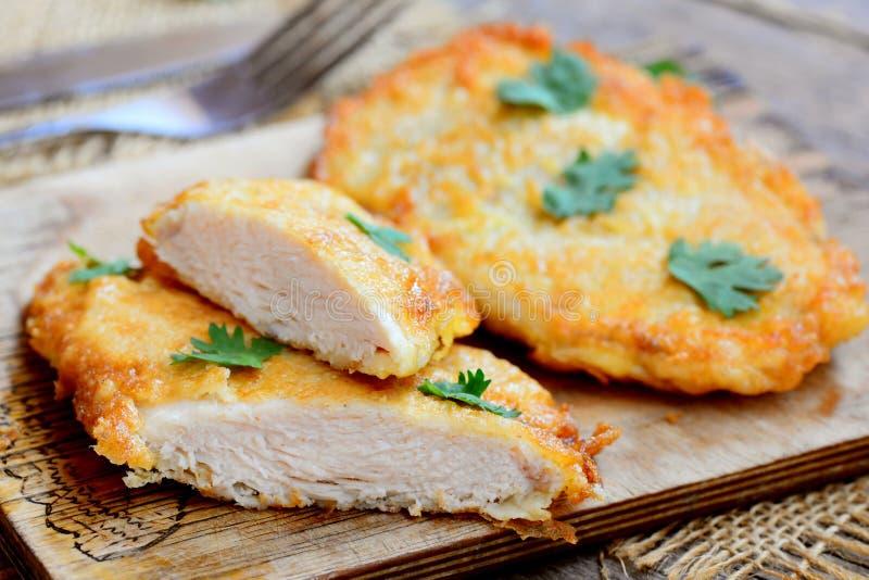 El pollo frito fácil taja la foto Tajadas del pollo frito en una tabla de cortar Estilo rústico primer foto de archivo libre de regalías