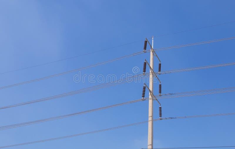 El polo eléctrico del alto voltaje con el cielo azul claro fotografía de archivo