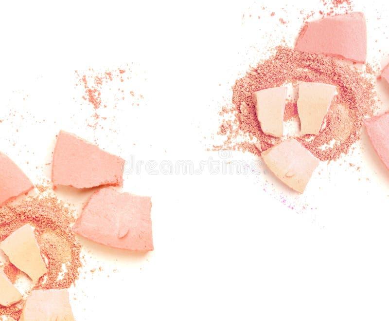 El polvo cosmético del polvo rosado compone machacado en blanco fotografía de archivo