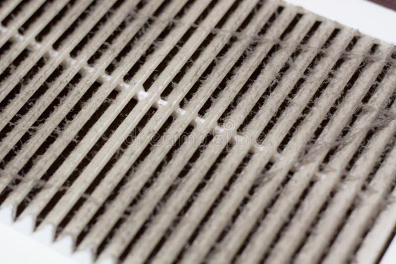 el polvo plástico de limpieza de la ventilación el filtro se estorba totalmente con polvo y suciedad imágenes de archivo libres de regalías
