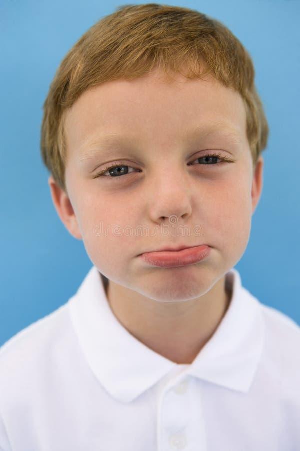 El poner mala cara del muchacho fotos de archivo libres de regalías