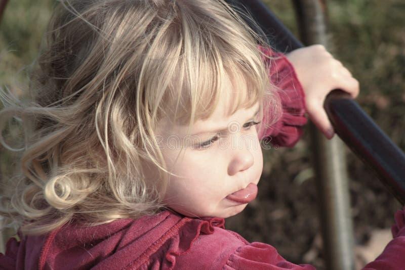 El poner mala cara rubio del niño fotografía de archivo