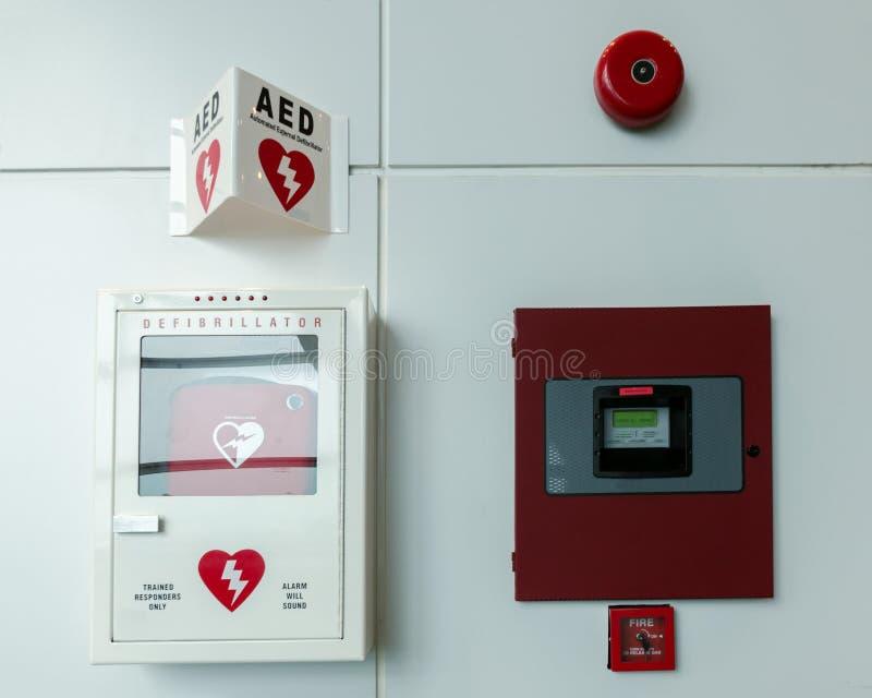 El Portable automatizó el AED del defibrillator y el sistema alarma de incendio externos imagen de archivo libre de regalías
