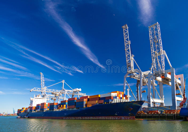 El portacontenedores grande descargó en el puerto de Rotterdam fotos de archivo