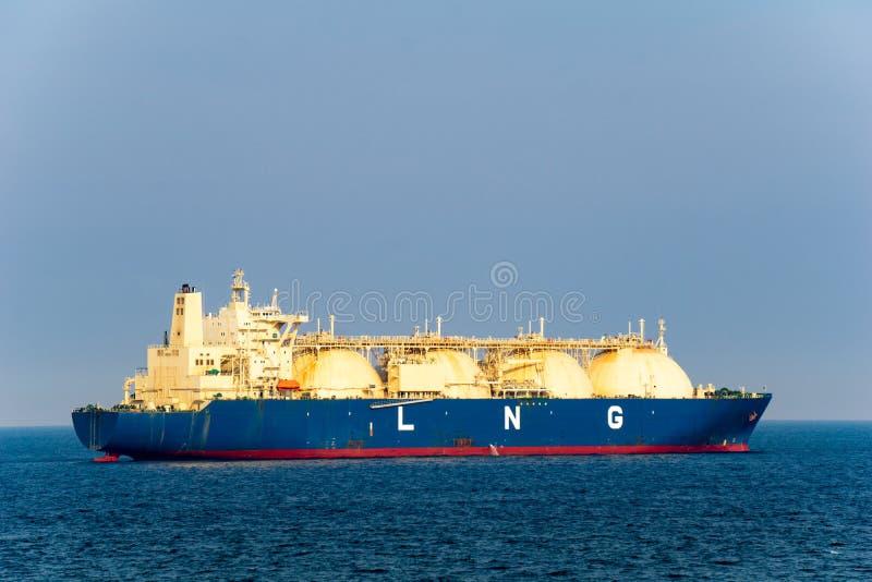 El portador de GASERO grande del gas natural licuado con los 4 tanques del GASERO navega en el mar imagen de archivo libre de regalías