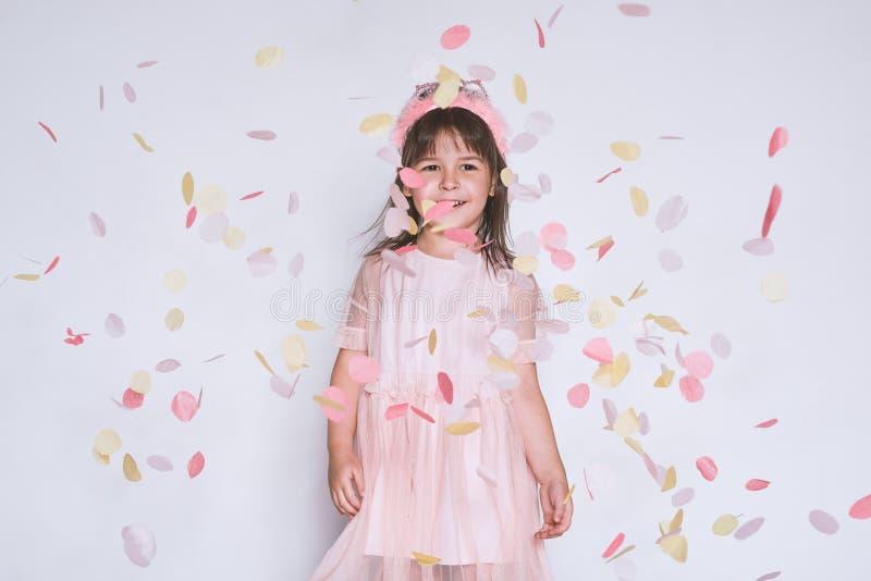 El portrtait del estudio de la niña linda que lleva el vestido rosado en Tulle con la corona de la princesa en la cabeza en el fo imágenes de archivo libres de regalías