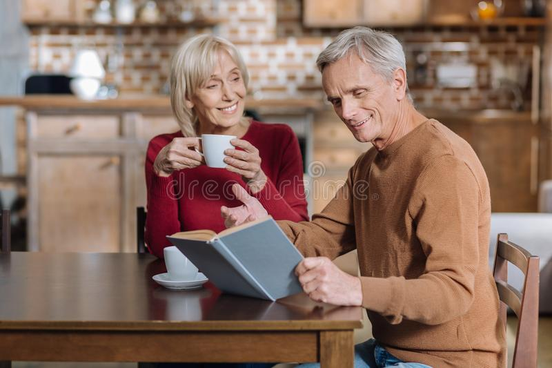 El positivo envejeció al hombre que compartía la historia con su esposa buena imágenes de archivo libres de regalías