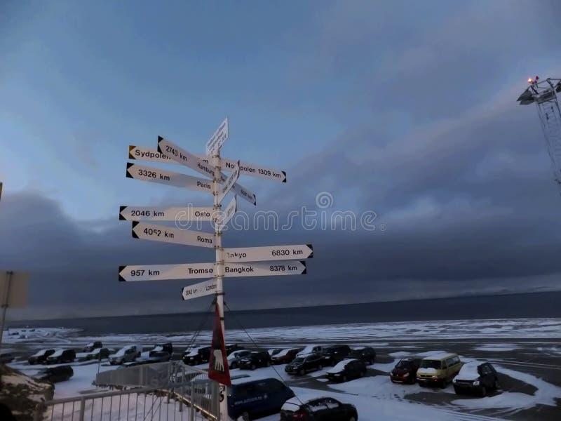 El poste indicador del camino adentro longyearbyen Svalbard Noruega fotos de archivo