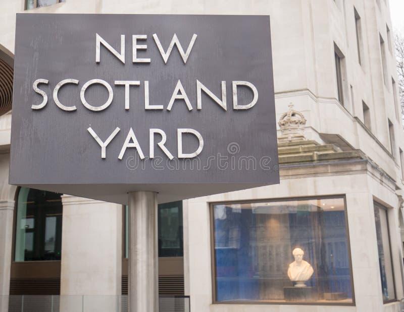 El poste indicador rotatorio famoso de nuevo Scotland Yard es infame y está situado fuera del HQ que está situado en Londres, 201 imagen de archivo libre de regalías