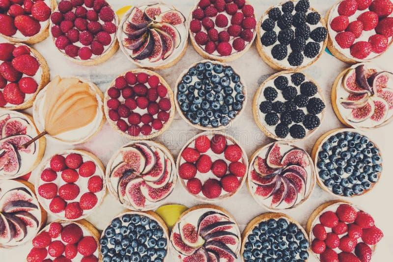 El postre de las tartas de la fruta y de la baya clasificó el fondo de la visión superior fotos de archivo