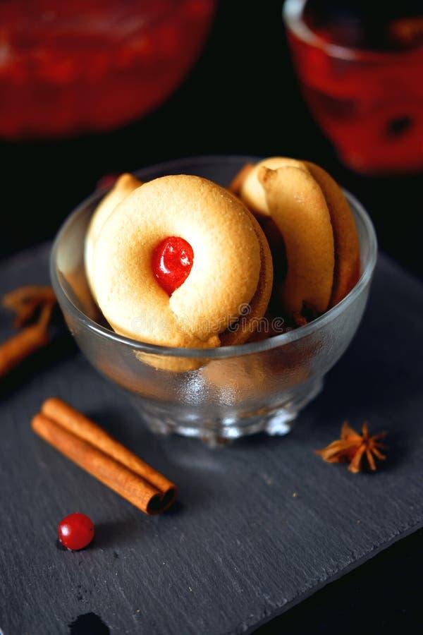 El postre dulce de los pasteles coció las galletas con el relleno rojo del atasco fotografía de archivo libre de regalías