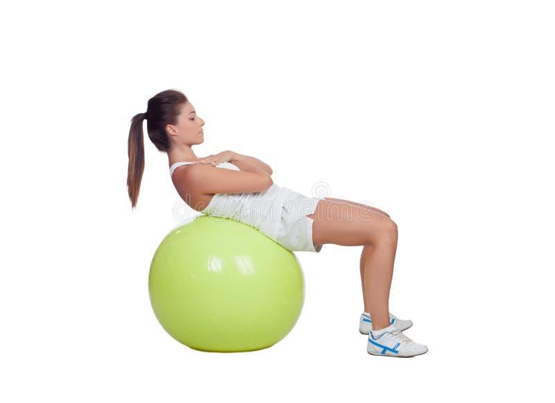El practicar atractivo de la muchacha abdominal en una bola grande imágenes de archivo libres de regalías