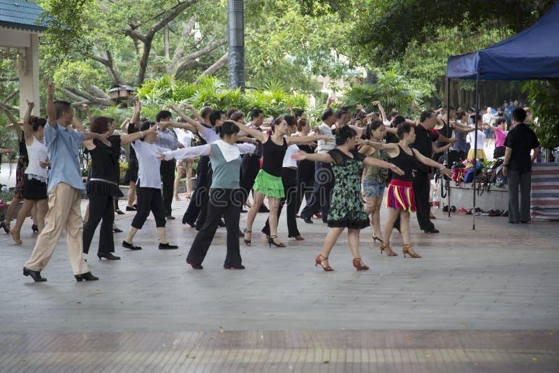 El practicar de la danza de salón de baile fotografía de archivo
