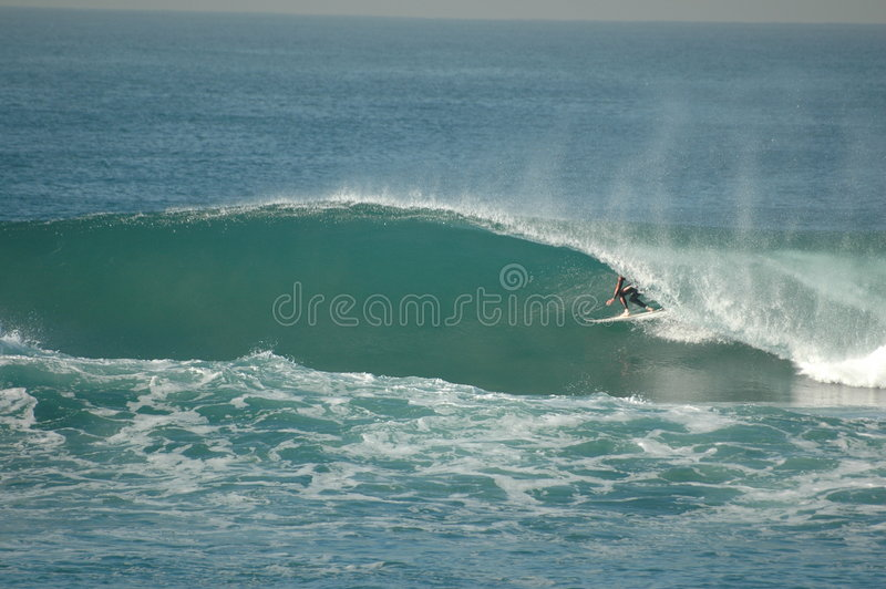El practicar surf imagen de archivo
