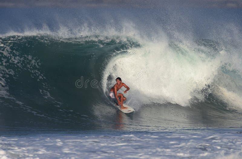 El practicar surf fotos de archivo libres de regalías