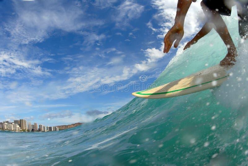 El practicar surf abajo de la línea