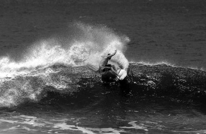 El practicar surf blanco y negro fotografía de archivo libre de regalías