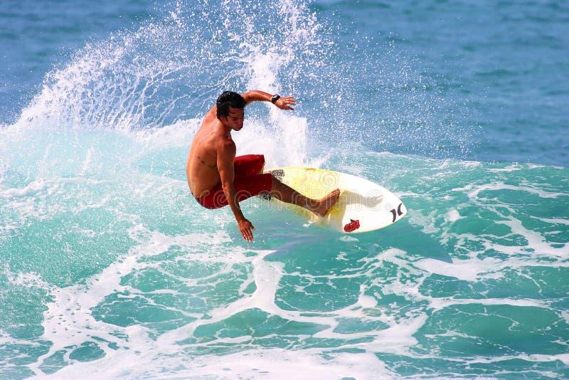 El practicar surf cambiante de Sean de la persona que practica surf profesional en Hawaii imagen de archivo
