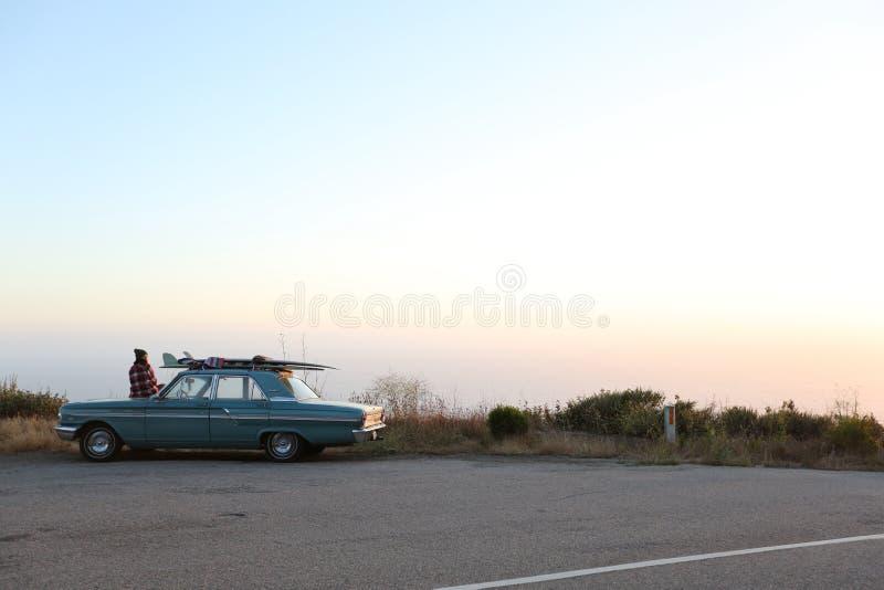 El practicar surf clásico del vado del coche fotografía de archivo libre de regalías