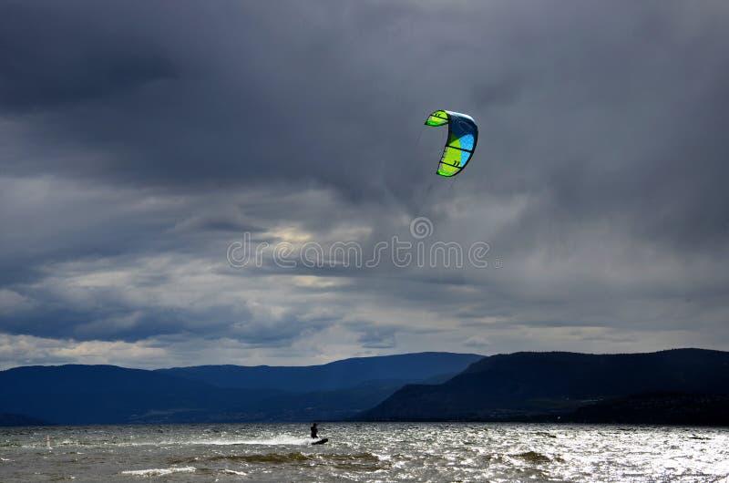 Download El Practicar Surf De La Cometa Fotografía editorial - Imagen de sunset, oscuro: 41916442