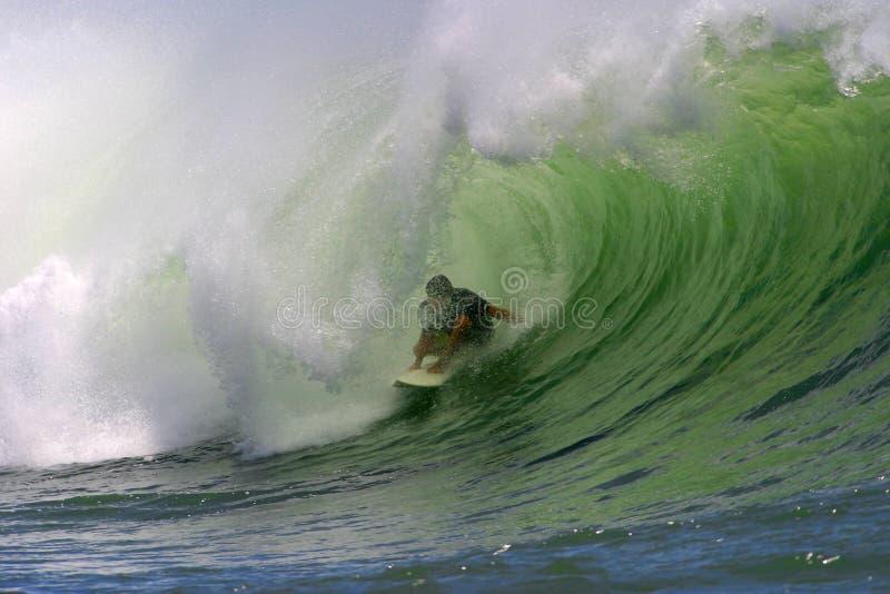 El practicar surf de la onda de océano imagenes de archivo