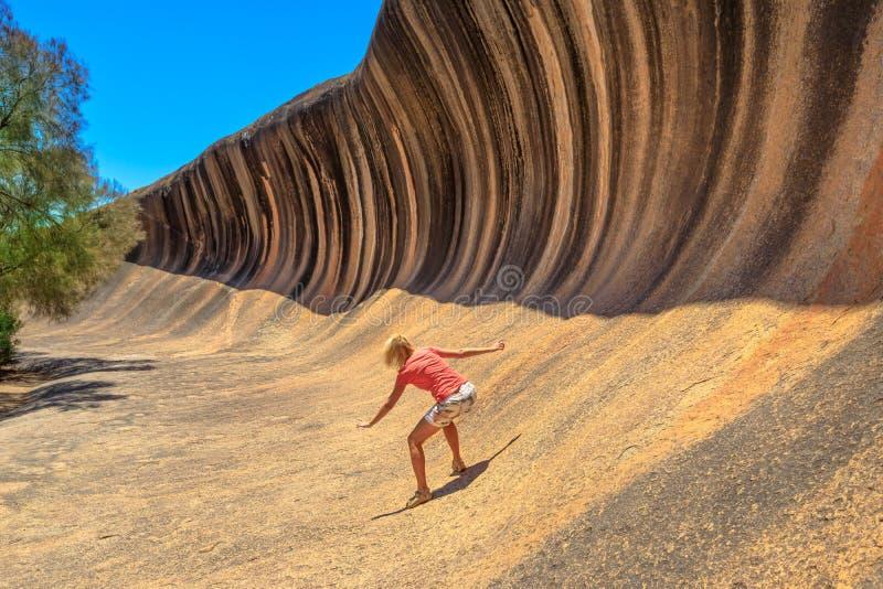 El practicar surf de la roca de la onda fotografía de archivo