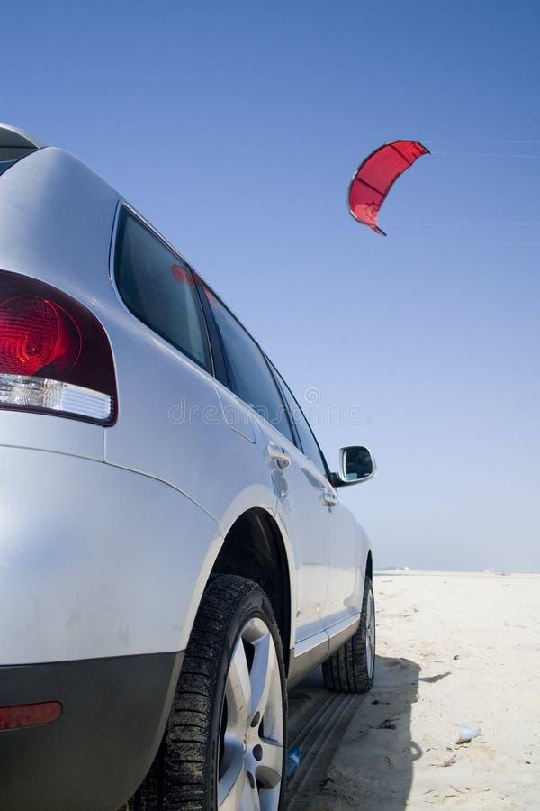 El practicar surf del coche y de la cometa foto de archivo