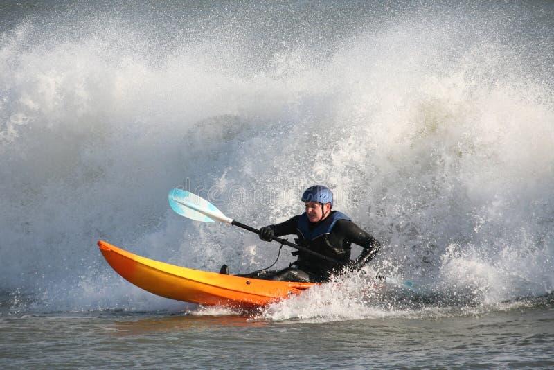 El practicar surf del kajak fotos de archivo