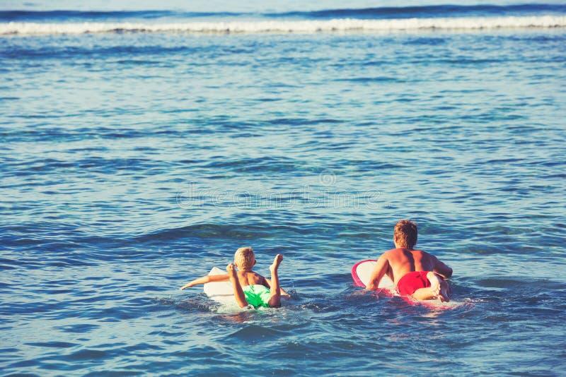 El practicar surf del padre y del hijo imagenes de archivo