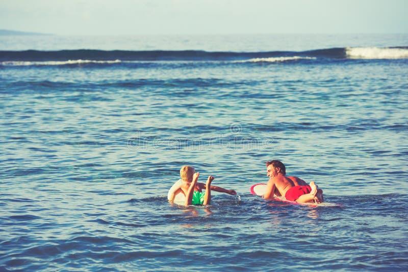 El practicar surf del padre y del hijo fotos de archivo libres de regalías