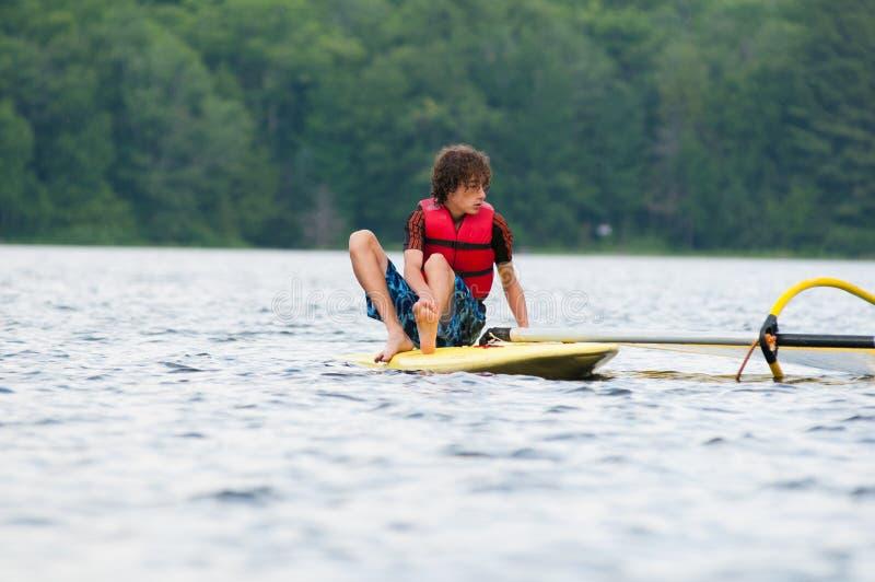 El practicar surf del viento del adolescente fotografía de archivo