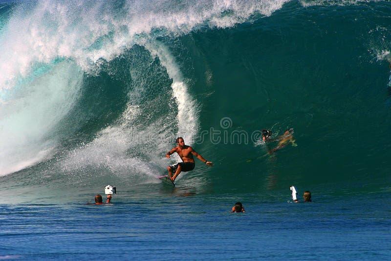 El practicar surf dorio de Shane de la favorable persona que practica surf en la tubería imágenes de archivo libres de regalías