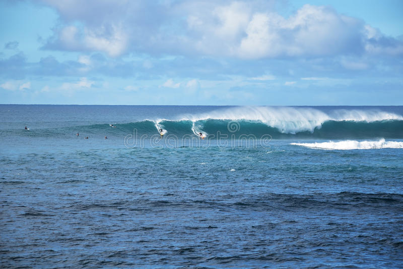 El practicar surf en Hawaii imagen de archivo libre de regalías