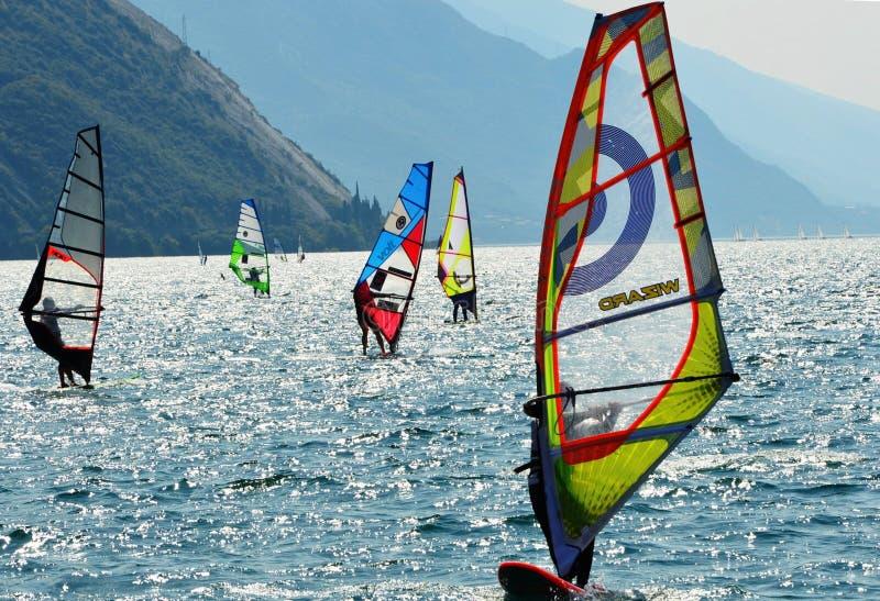 El practicar surf en el lago Garda imagenes de archivo