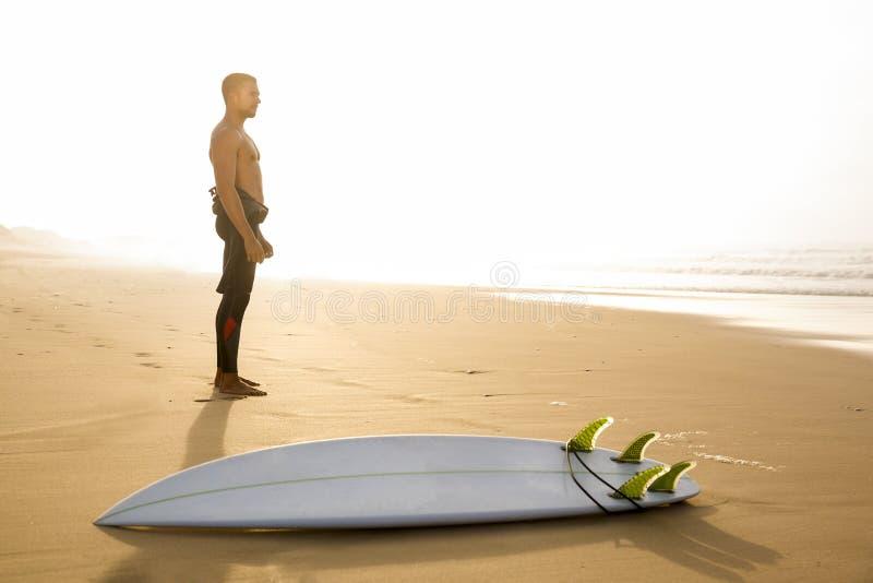 El practicar surf es una manera de vida fotografía de archivo libre de regalías