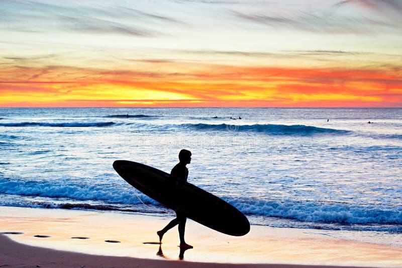 El practicar surf, Portugal foto de archivo
