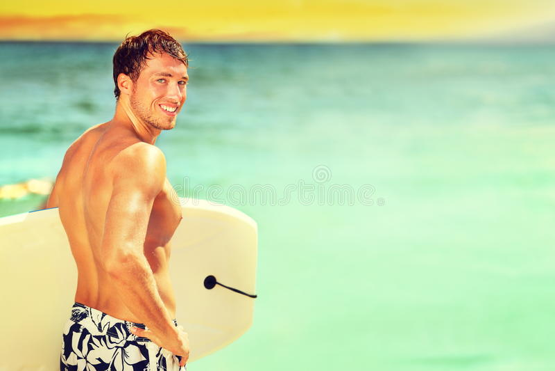 El practicar surf que va del hombre de la persona que practica surf en la playa del verano fotos de archivo