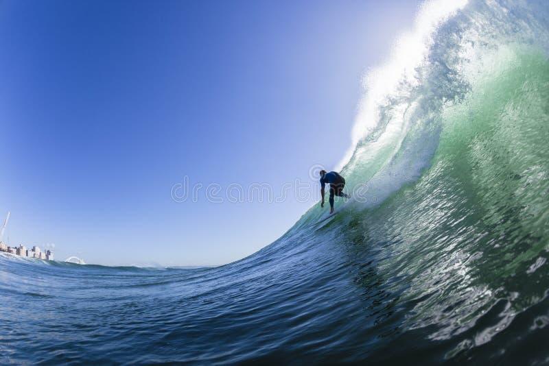 El practicar surf tallando la foto del agua de la onda imagen de archivo