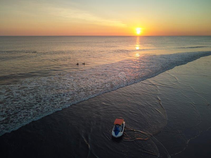 El practicar surf el tiempo de la puesta del sol fotos de archivo