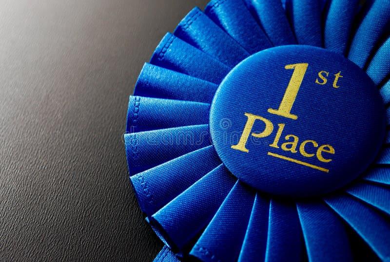 El premio para el primer lugar en un fondo oscuro imagen de archivo